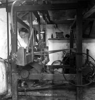 A weaver from Carraroe, Co. Galway. Photographer C. Ó Danachair.
